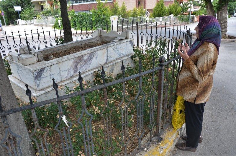 Denizli'de yol ortasında kalan mezar görenleri şaşırtıyor