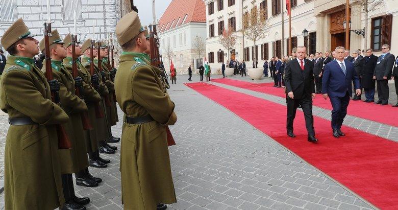Cumhurbaşkanı Erdoğan Macaristan'da resmi törenle karşılandı