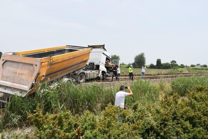 Manisa'da kontrolden çıkan hafriyat tırı tren yoluna girdi